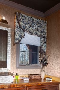 Side swag valance and blinds in bathroom